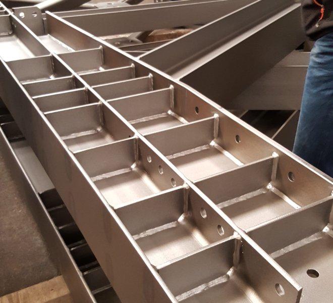 element oczyszczony w śrutownicy OMSG – LAUCO do konstrukcji stalowych